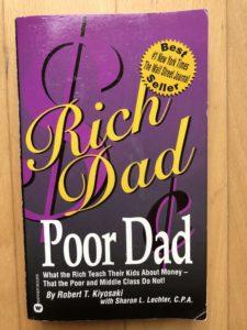 Ein Buch über Geld und Finanzen. Rich Dad Poor Dad: Was die Reichen ihren Kindern über Geld beibringen von Robert Kiyosaki - Englische Ausgabe 2001.